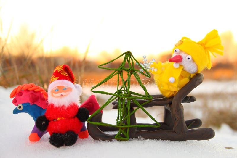 Papá Noel, muñeco de nieve y el caballo con un árbol de navidad fotografía de archivo