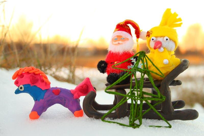 Papá Noel, muñeco de nieve y el caballo con un árbol de navidad imagen de archivo libre de regalías