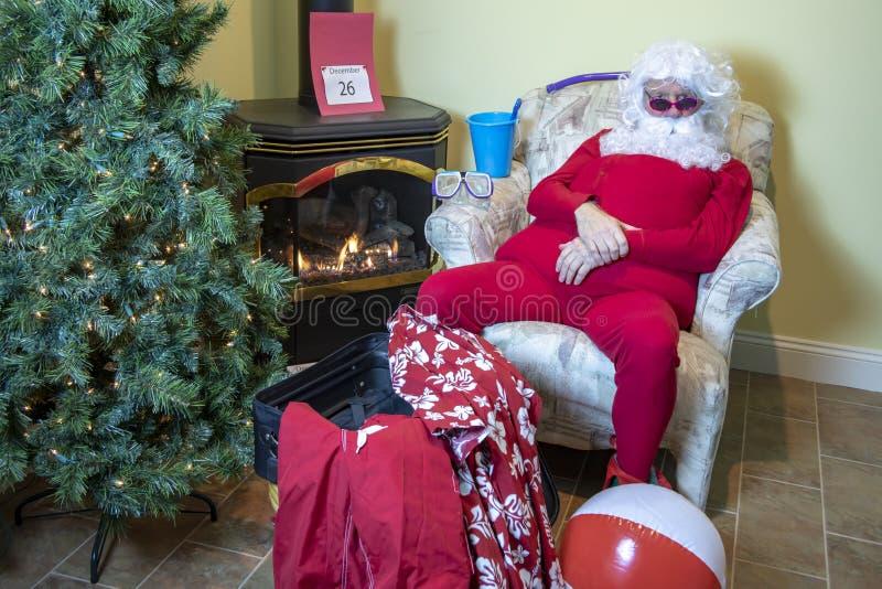 Papá Noel que embala por un día de fiesta de la playa después de la Navidad imagenes de archivo