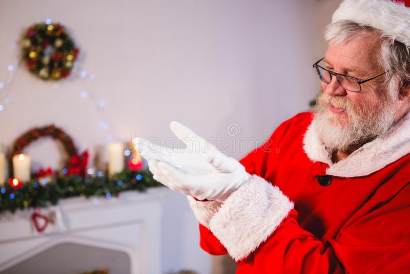 Papá Noel que se coloca con el suyo da ahuecado imagen de archivo libre de regalías