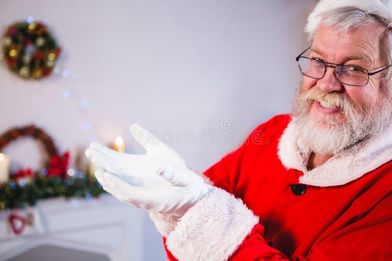 Papá Noel que se coloca con el suyo da ahuecado imágenes de archivo libres de regalías