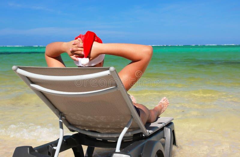 Papá Noel que se reclina sobre el sillón fotografía de archivo