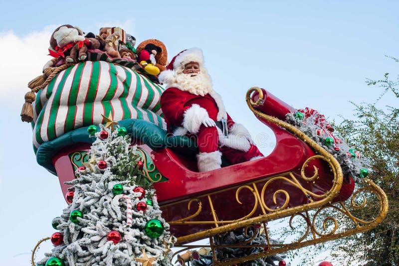 Papá Noel se sienta encima de su trineo en el desfile de Disneyland fotos de archivo