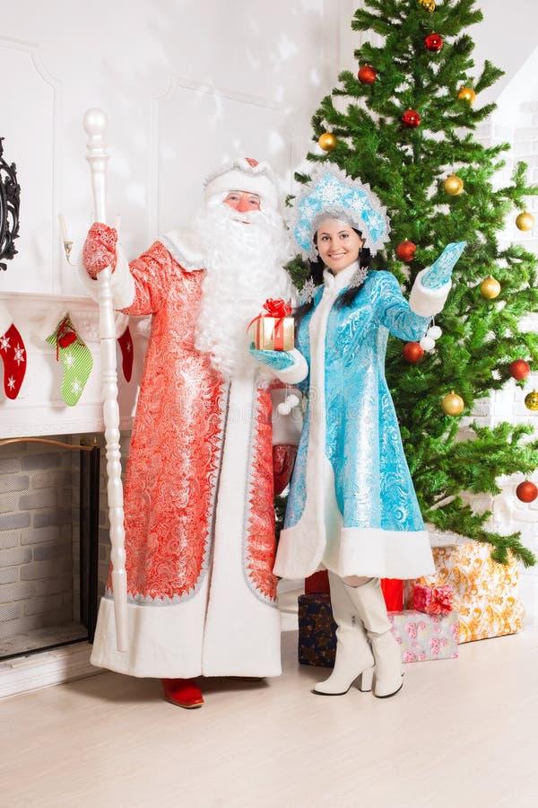 Papá Noel y doncella de la nieve imagenes de archivo