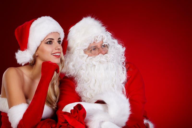 Papá Noel y muchacha asombrosa de la Navidad imagen de archivo