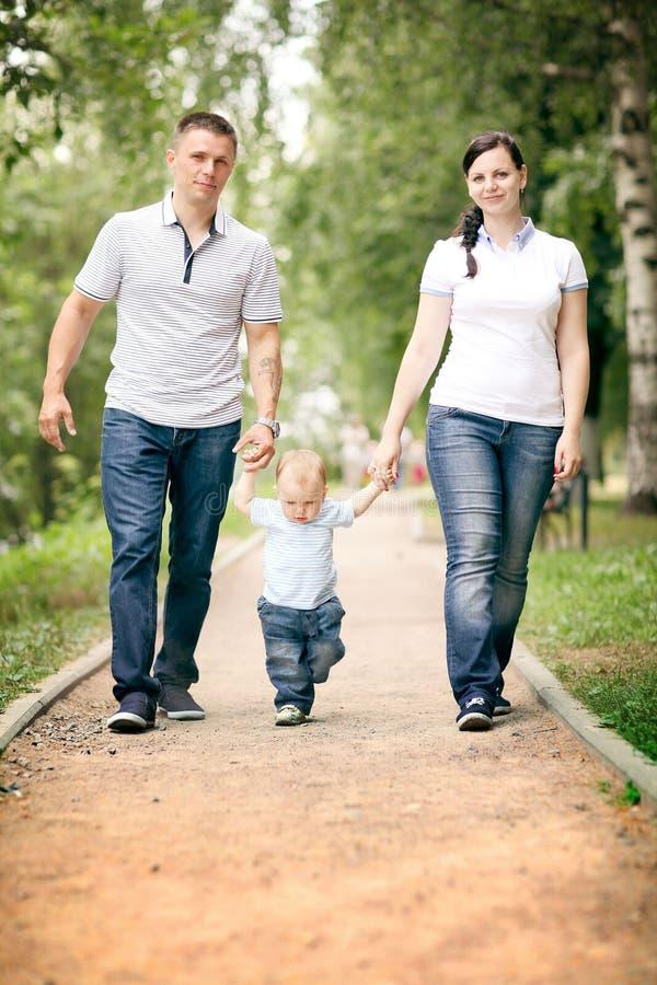 Papá y bebé de la mamá en el parque imagenes de archivo