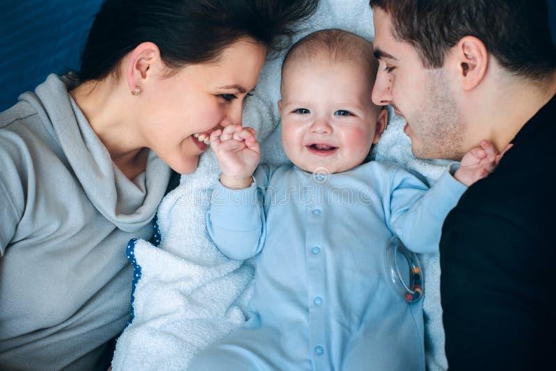 Papá y bebé de la mama fotos de archivo libres de regalías