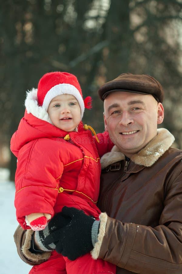 Papá y bebé en invierno foto de archivo