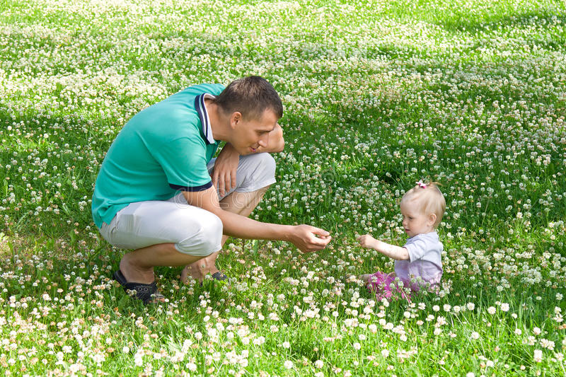 Papá y su pequeña hija del niño al aire libre imágenes de archivo libres de regalías