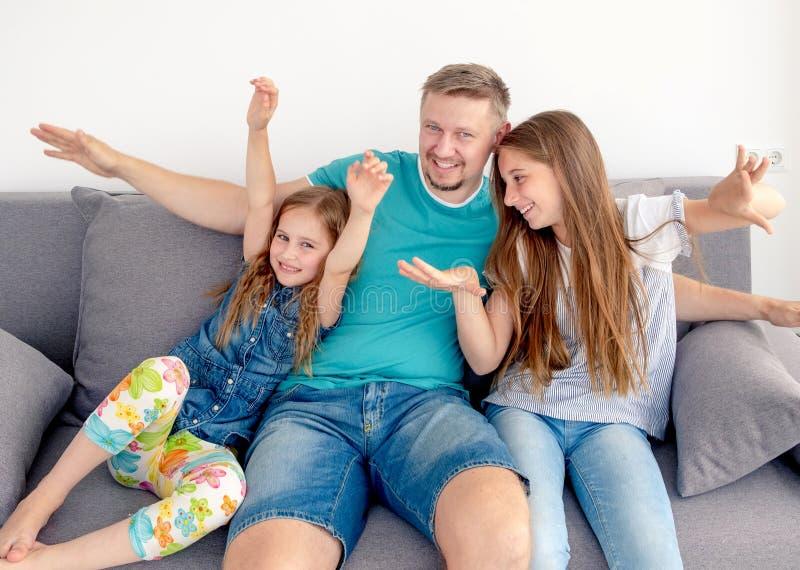 Papá y sus dos hijas sonrientes foto de archivo libre de regalías