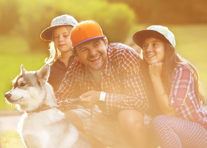 Papá y sus 3 hijas fotografía de archivo libre de regalías