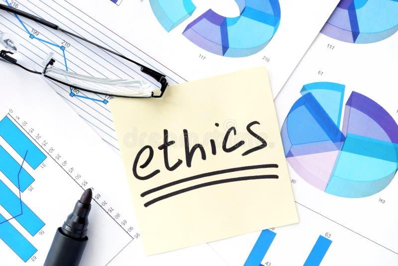 Papéis com negócio dos gráficos, dos vidros e das éticas foto de stock