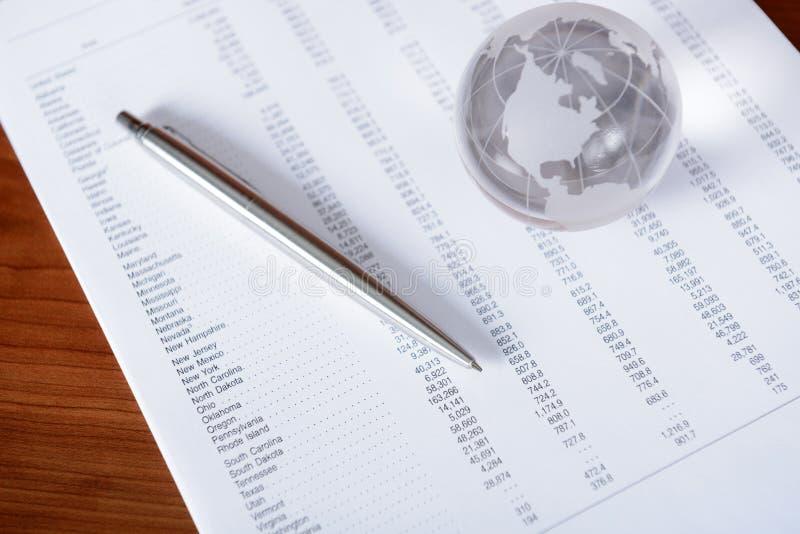 Papéis de negócio com globo de vidro foto de stock royalty free