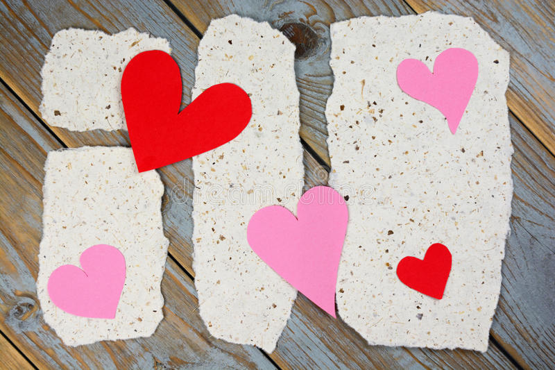 Papéis de notas do memorando com cartas de amor dos corações fotografia de stock