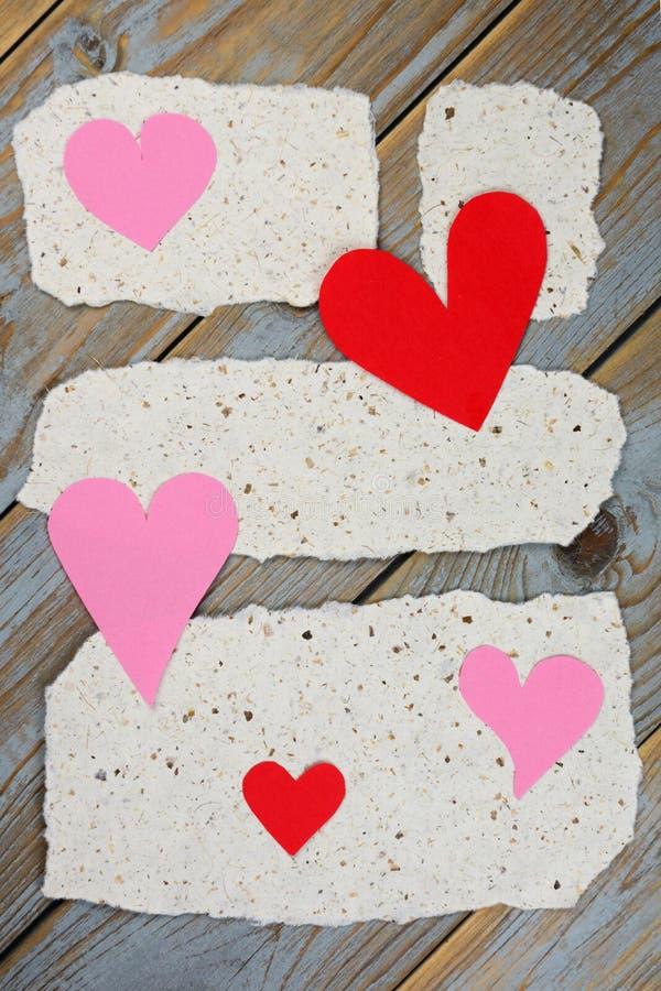 Papéis de notas do memorando com cartas de amor dos corações imagens de stock