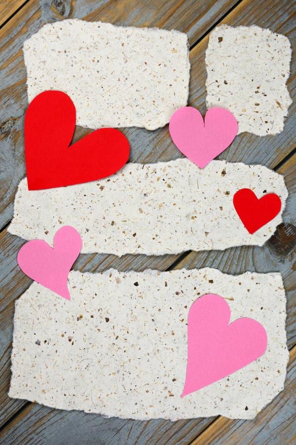 Papéis de notas do memorando com cartas de amor dos corações foto de stock
