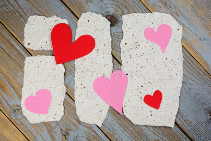 Papéis de notas do memorando com cartas de amor dos corações fotos de stock