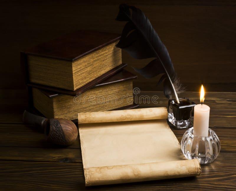 Papéis e livros velhos em uma tabela de madeira fotos de stock royalty free