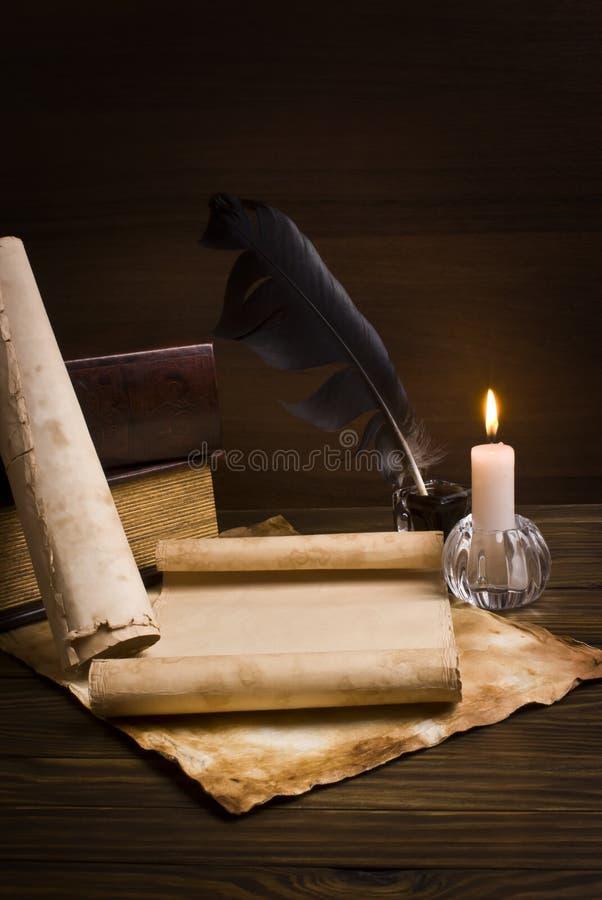 Papéis e livros velhos em uma tabela de madeira fotografia de stock royalty free