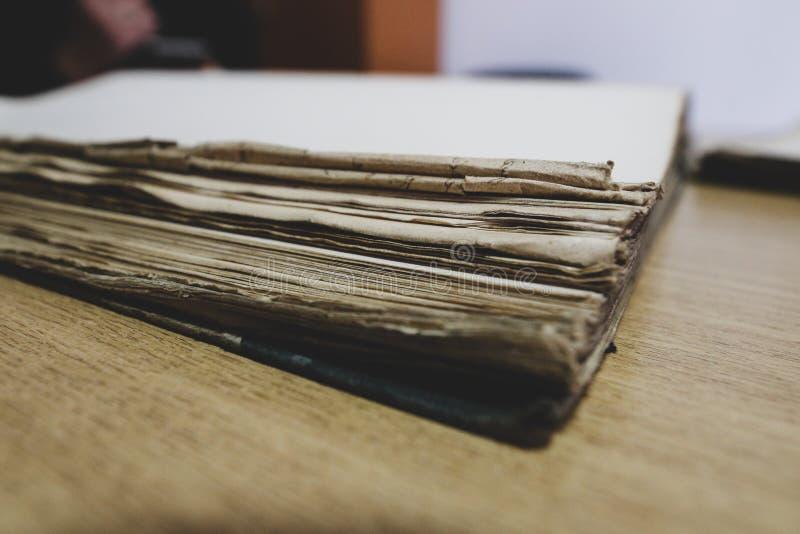 Papéis, livros velhos e documentos contendo arquivos históricos foto de stock