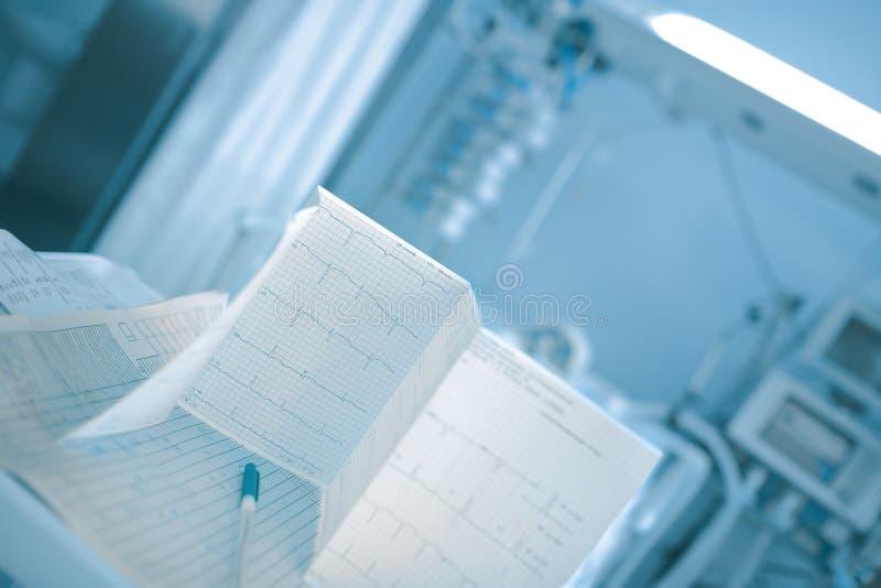 Papéis médicos na tabela na divisão de hospital imagem de stock