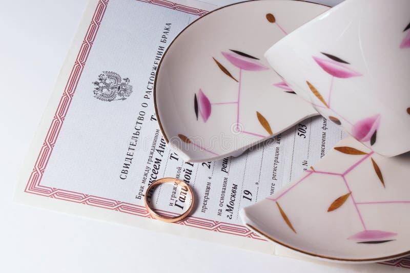 Papéis quebrados do copo, do anel e do divórcio imagens de stock royalty free