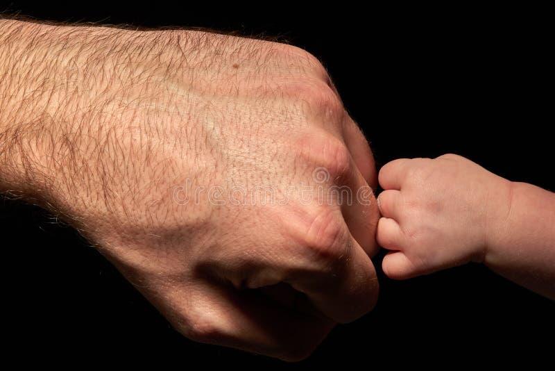 papa émouvant fort de bébé images libres de droits