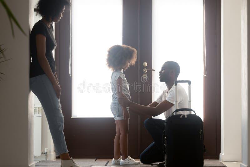 Papa africain parlant pour déranger la fille d'enfant de métis disant au revoir photo stock
