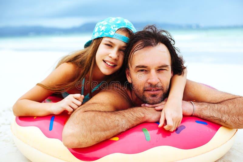 Papa avec la fille sur la plage photographie stock