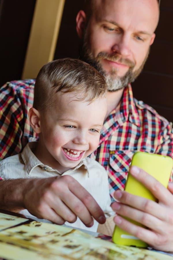 Papa avec le jeu de fils photographie stock libre de droits