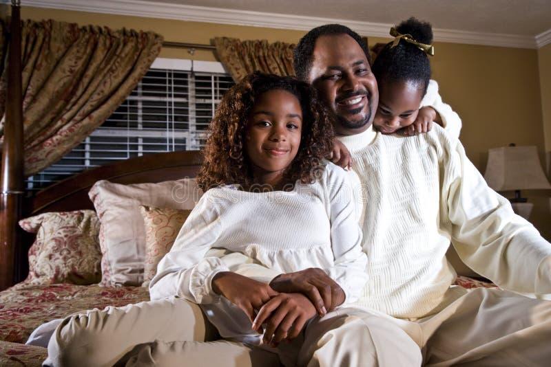Papa avec ses petites filles photo stock