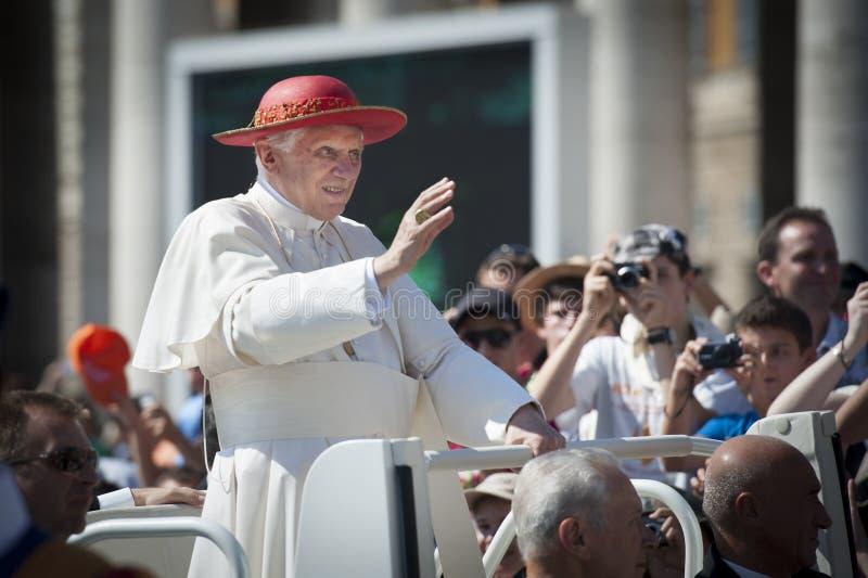 Papa Benedicto XVI que bendice foto de archivo