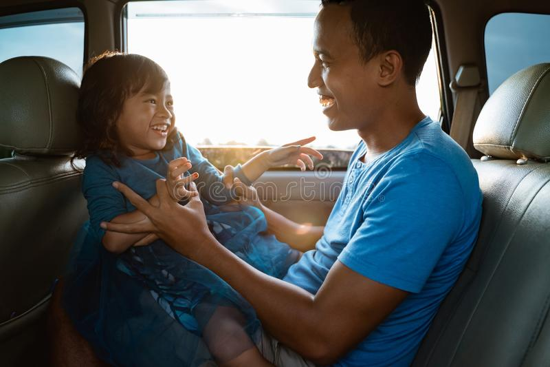 Papa chatouillant sa petite fille dans la voiture images stock