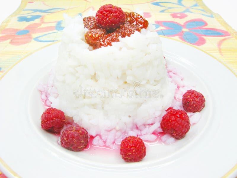 Papa de aveia do arroz com atolamento de framboesa imagens de stock