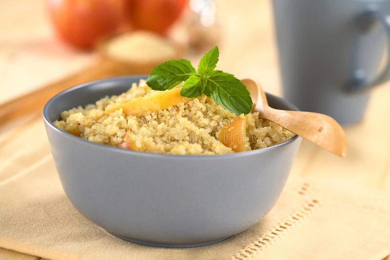 Papa de aveia do Quinoa com Apple imagens de stock royalty free