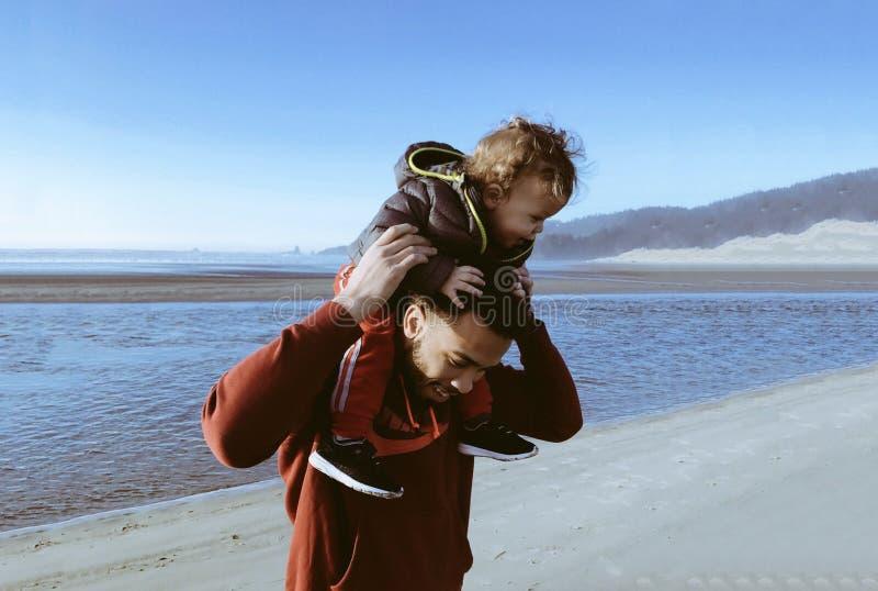 Papa dragende zoon op zijn schouders