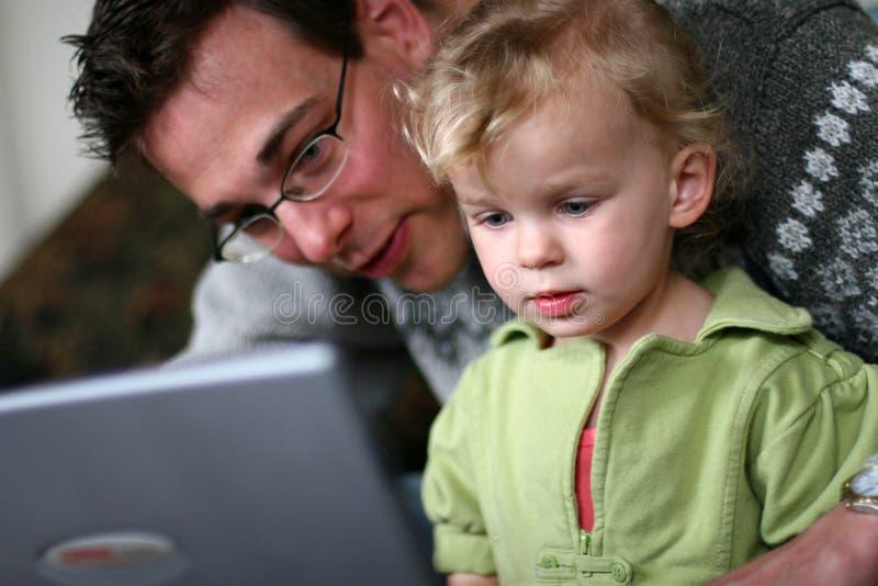 Papa en Baby bij Computer stock afbeelding