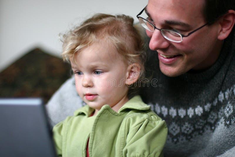 Papa en Baby bij Computer stock foto's