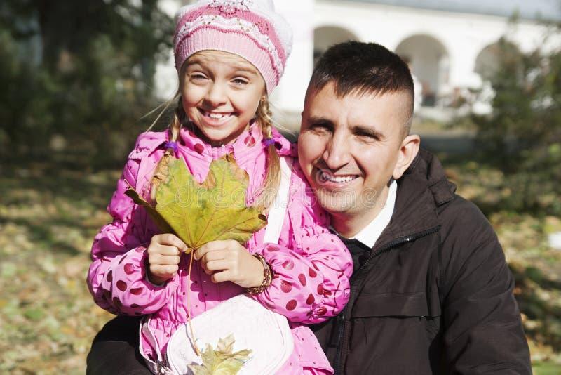 Papa en dochter in de herfst stock foto's