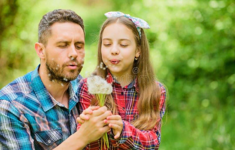 Papa en dochter die paardebloembloemen verzamelen Houd allergie?n van het ru?neren van uw leven Seizoengebonden allergie?nconcept royalty-vrije stock foto