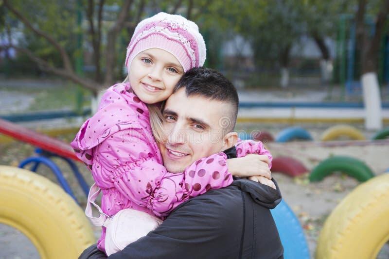 Papa en dochter het koesteren stock foto