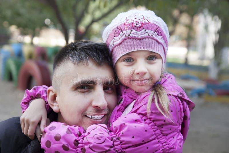 Papa en dochter het koesteren royalty-vrije stock afbeeldingen