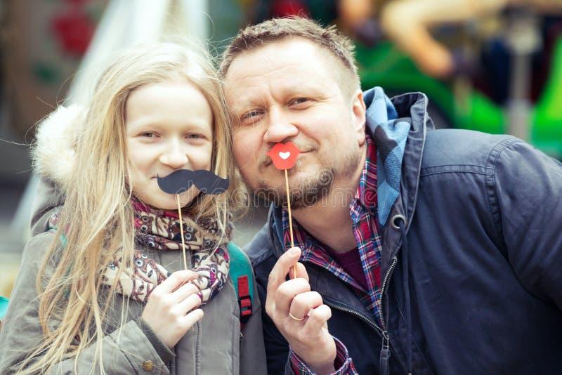 Papa en dochter op de achtergrond van de Franse carrousel royalty-vrije stock foto