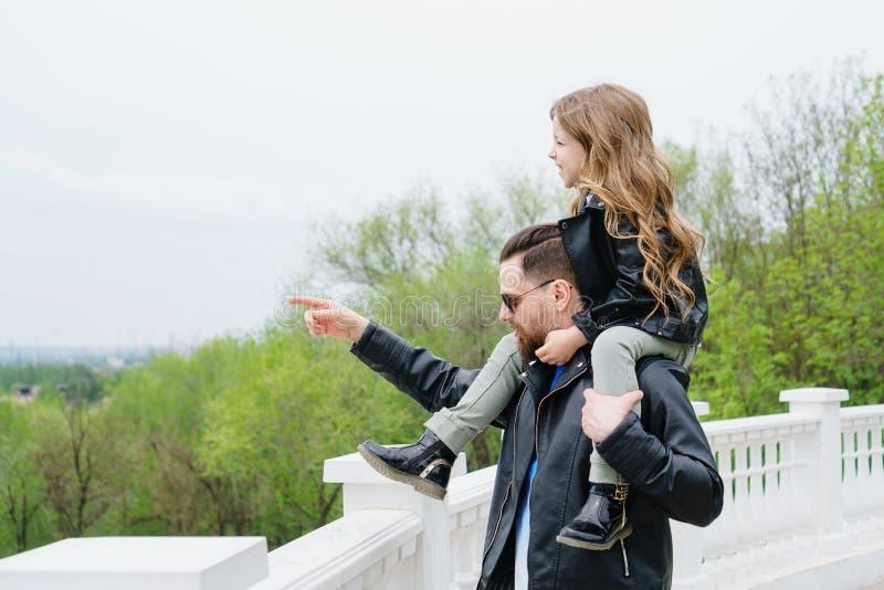 Papa en dochtergang rond de stad royalty-vrije stock foto's