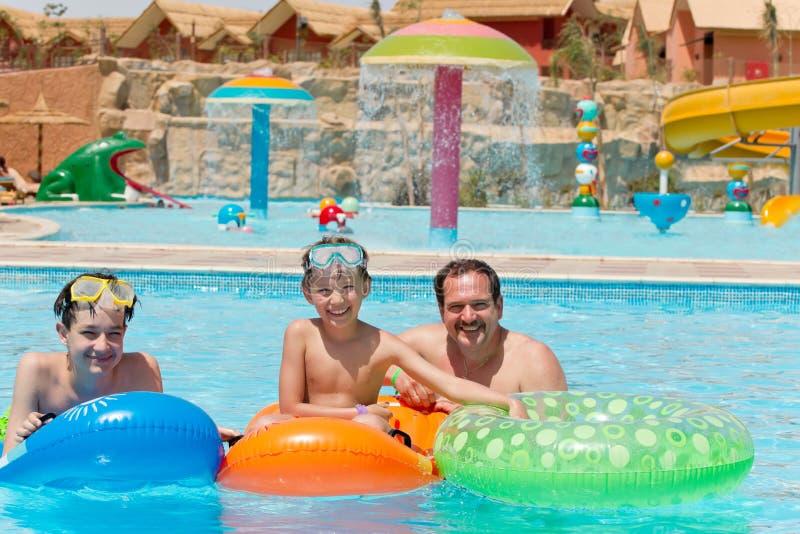 Papa en jonge geitjes in de pool royalty-vrije stock fotografie