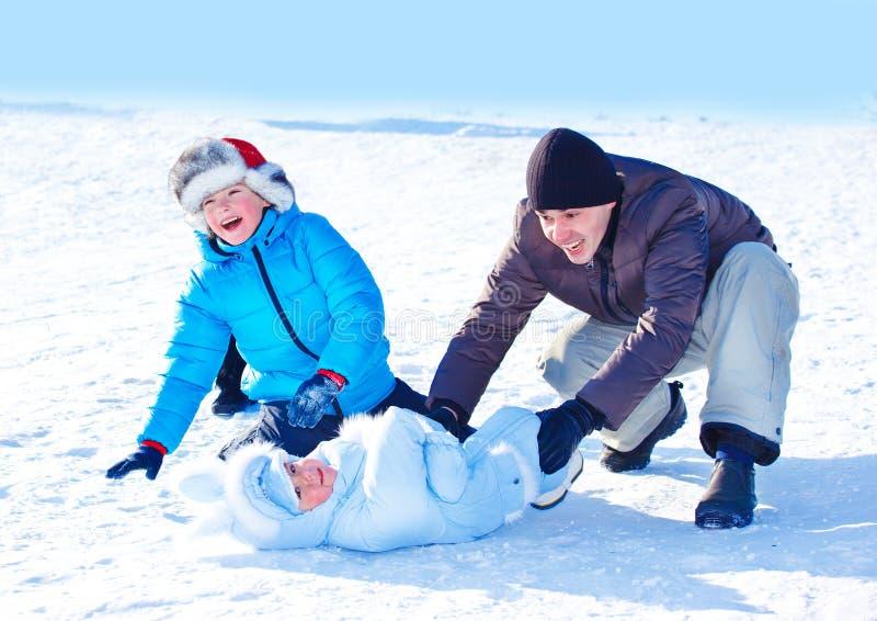 Papa en jonge geitjes in sneeuw stock afbeeldingen