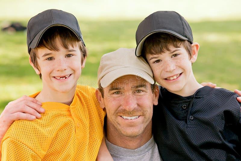 Papa en Jongens stock foto