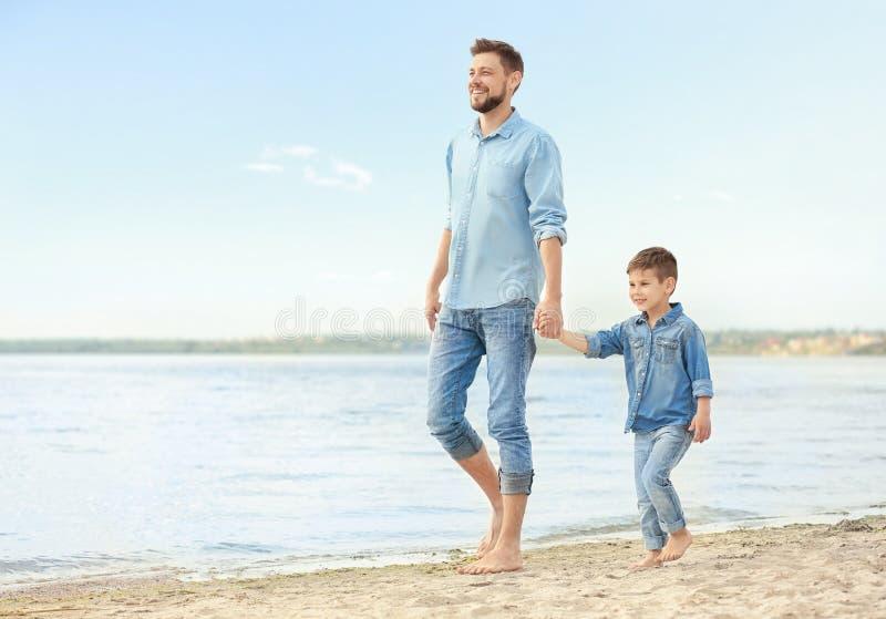 Papa en zoon die samen lopen royalty-vrije stock fotografie