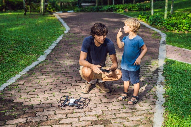 Papa en zoons het spelen met hommel, mensen en jongens het spelen met het vliegen royalty-vrije stock afbeelding