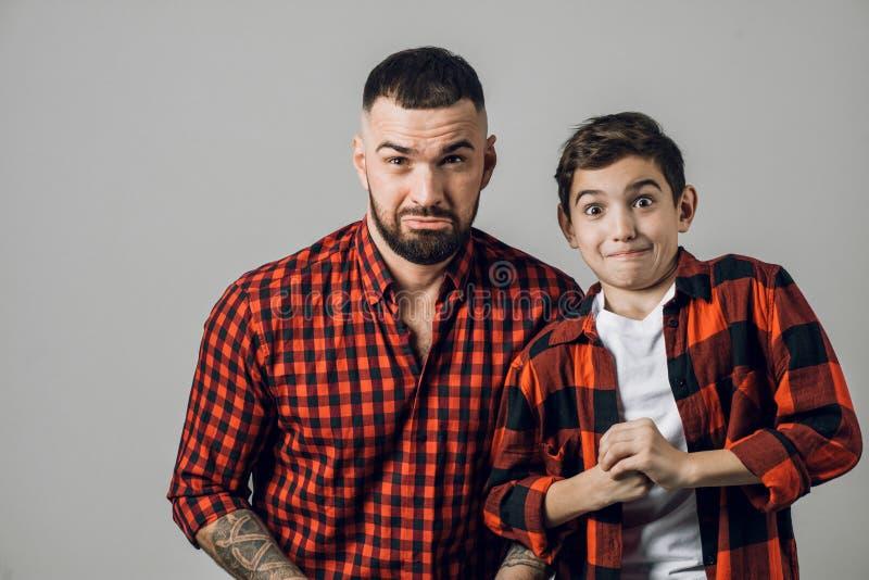 Papa et enfant effrayés impressionnants étonnés photos stock